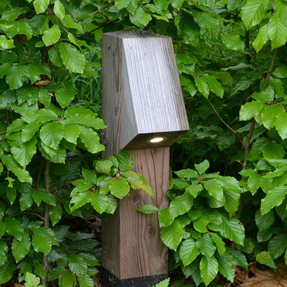 Natuurlijke tuinverlichting die op gaat in de omgeving